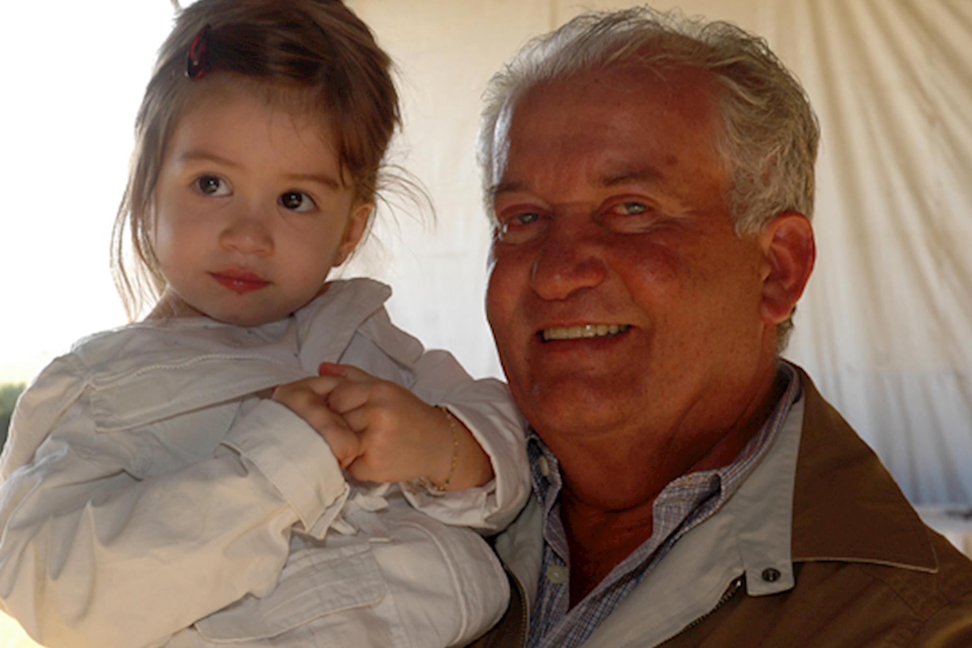 Valentina com o avô Toninho Caetano, Leilão de Maio