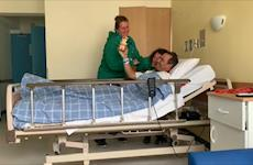 Menos de 24h após cirurgia, Ruy Fonseca acompanha batizado da filha