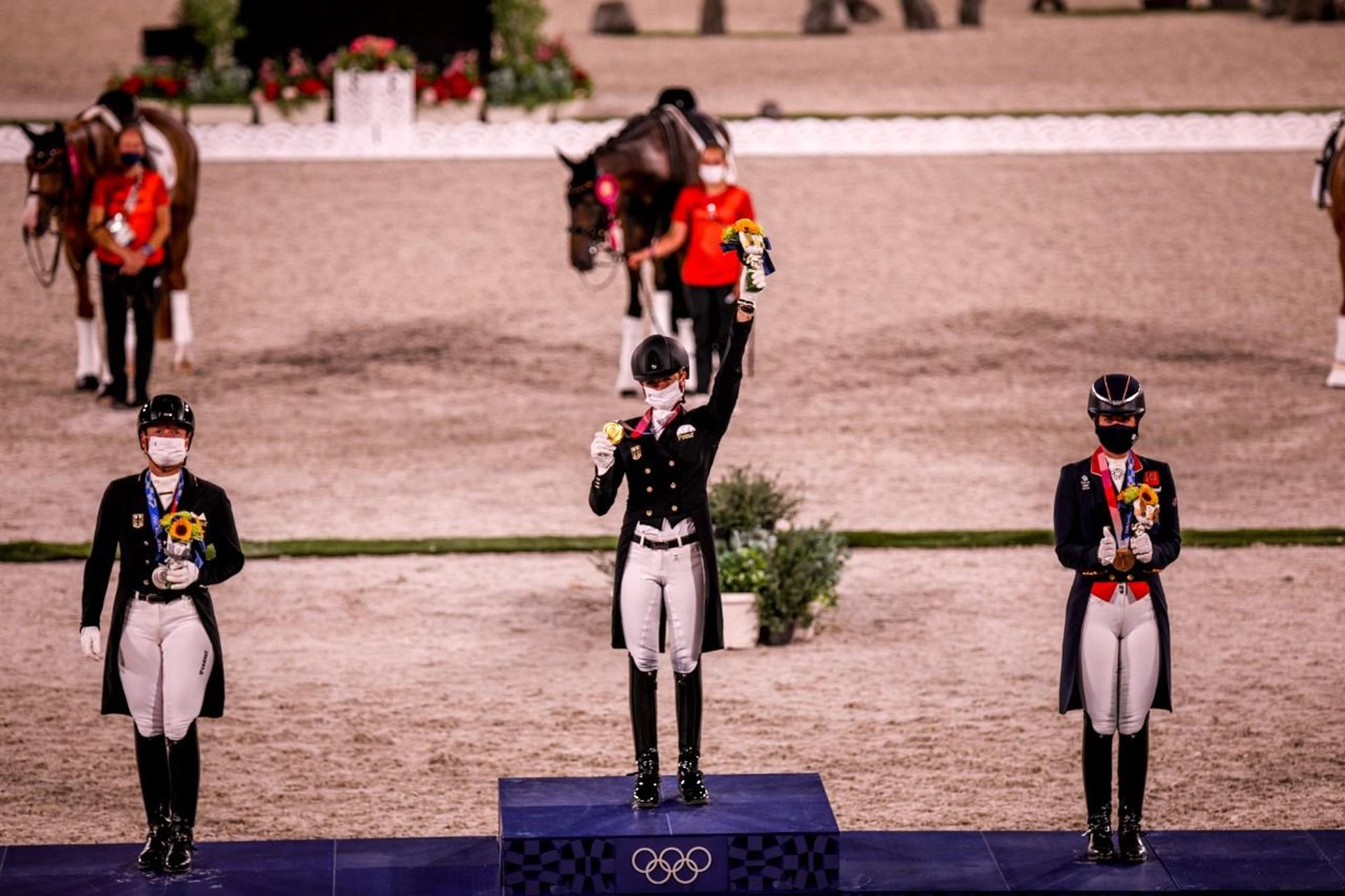 No pódio do Adestramento Individual (à direita),  com as alemãs Jessica von Bredow-Werndl (ouro) e Isabell Werth (Prata), Pódio,  Adestramento,  Tokyo 2020,  Jessica von Bredow-Werndl,  FEI/Christophe Taniére, Charlotte Dujardin se torna maior record