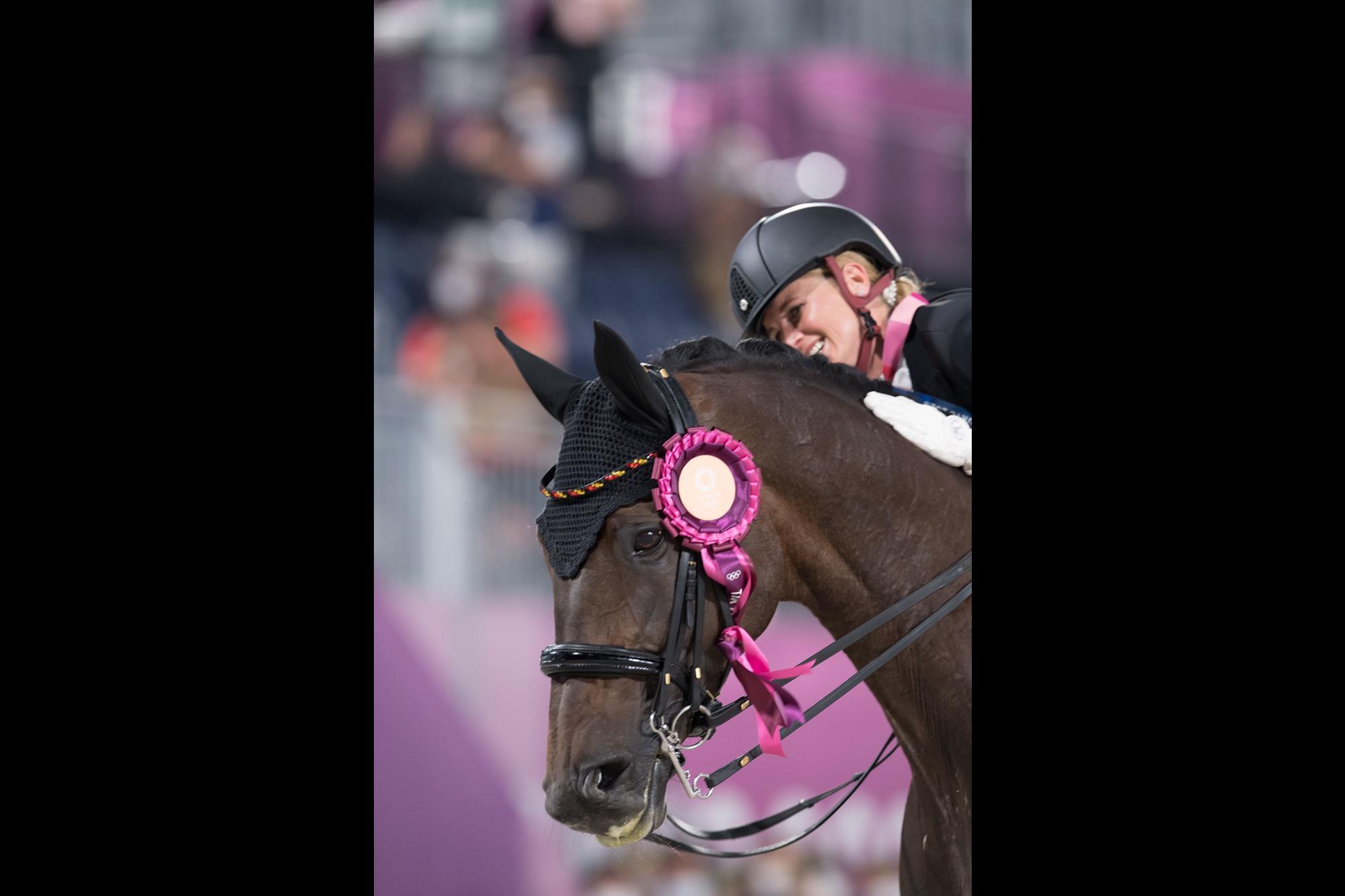 Jessica von Bredow-Werndl dá um carinho na égua Dalera:, Jessica von Bredow-Werndl ,  Dalera, FEI/Shannon Brinkman, Em lágrimas,  Jessica von Bredow-Werndl comemora o Ouro olímpico