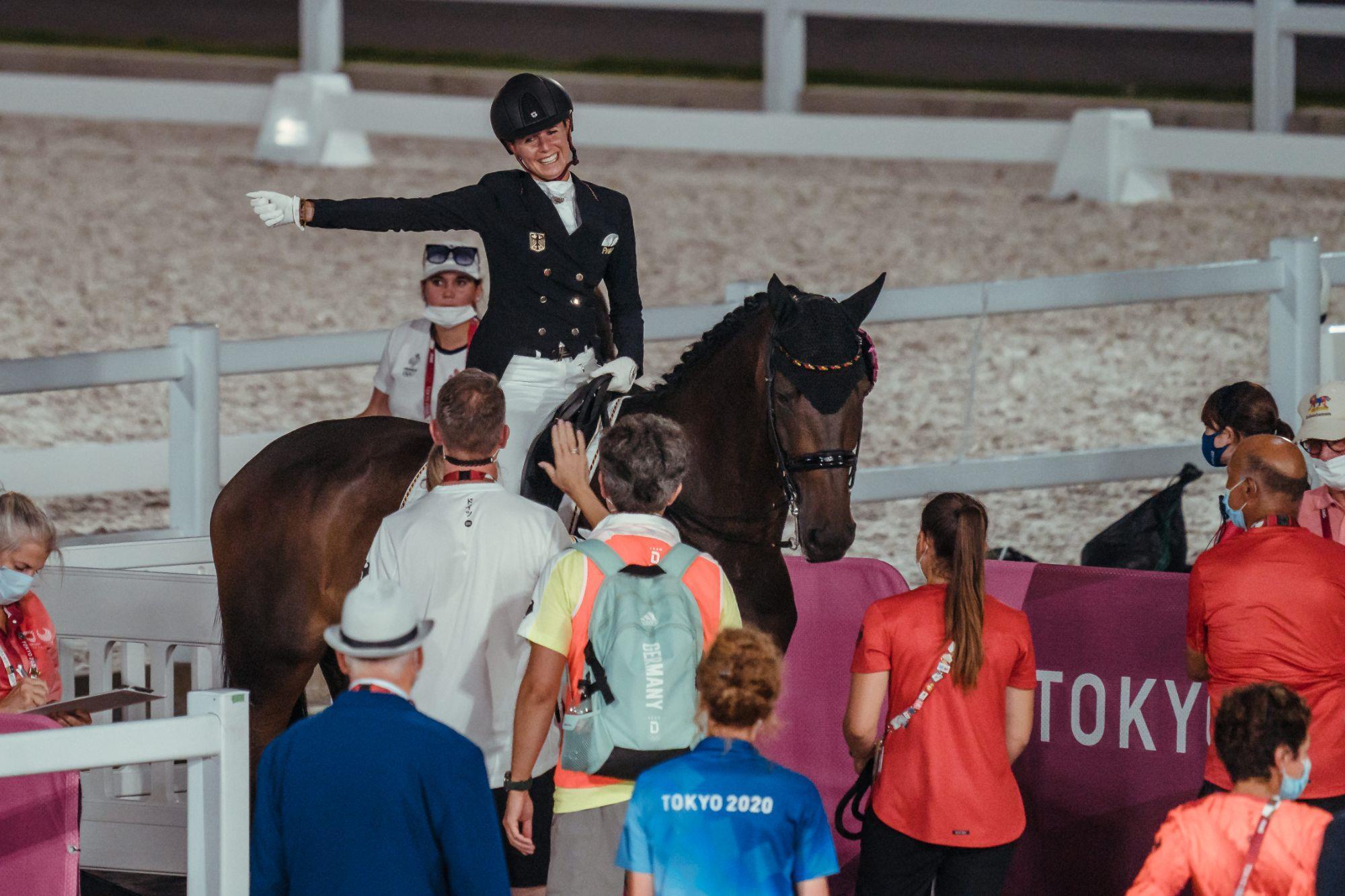 Jessica von Bredow-Werndl ,  Dalera, Em lágrimas,  Jessica von Bredow-Werndl comemora o Ouro olímpico