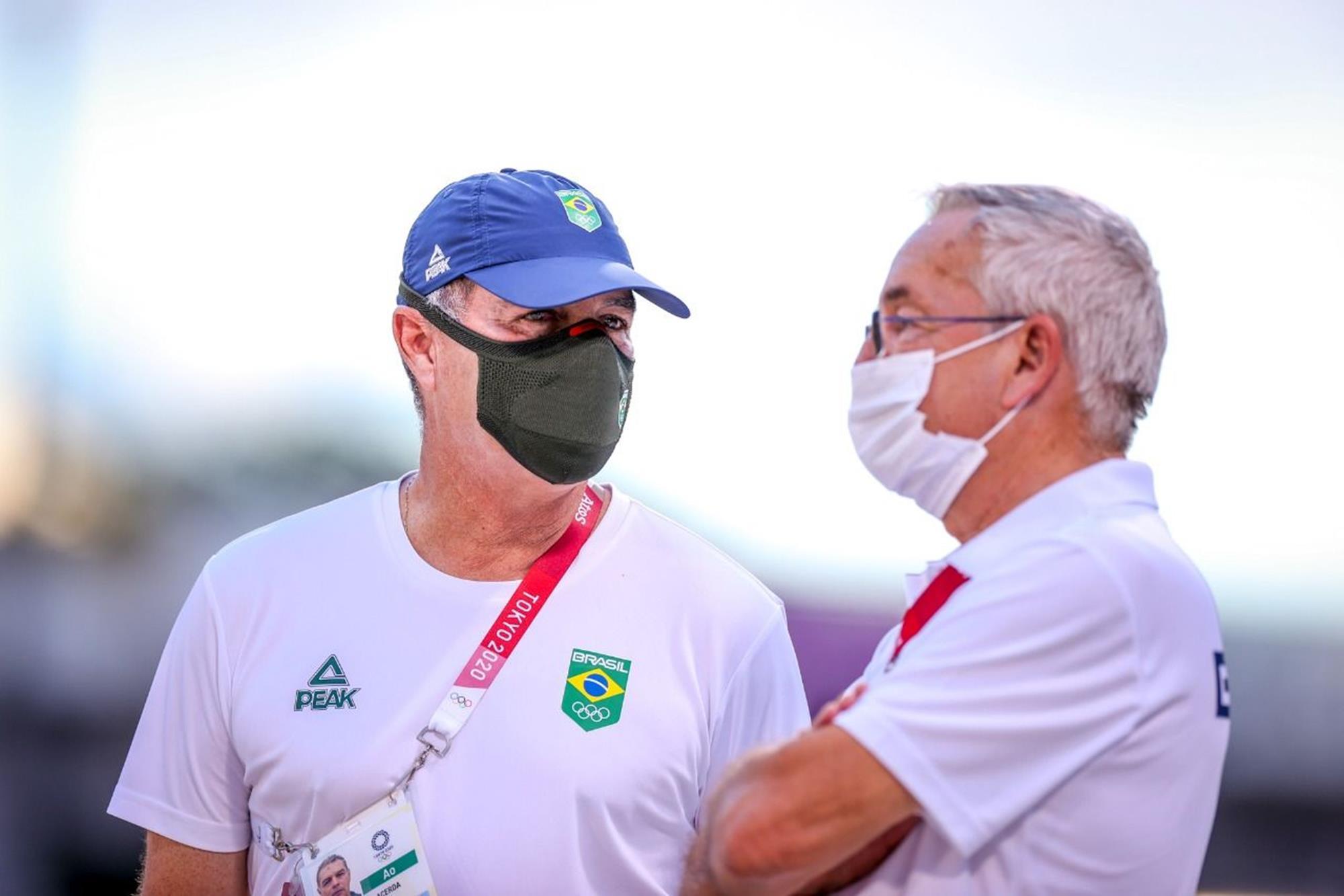 O chefe de equipe Pedro Paulo com o técnico Philippe Guerdat: estratégia dando certo, Rodrigo Pessoa,  Carlisto