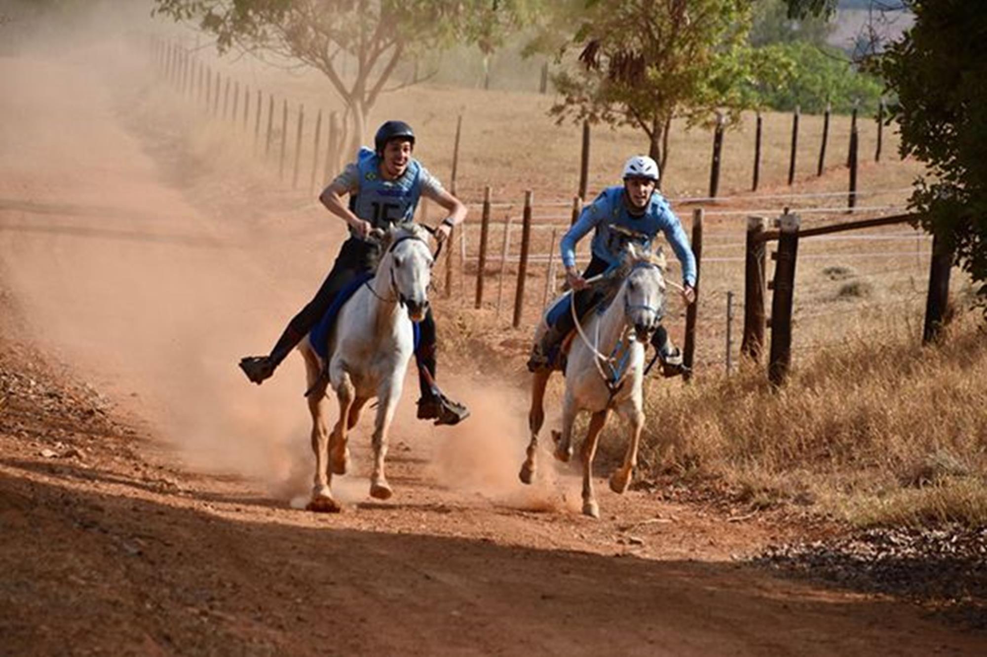 João Pedro Antocheski (esquerda) e Diogo Martins (direita) em sprint na busca pela vitória, Enduro,  cavalo Árabe,  campeonato brasileiro,  CBH,  Rodrigo Barreto, Divulgação, Rodrigo Barreto é o campeão brasileiro