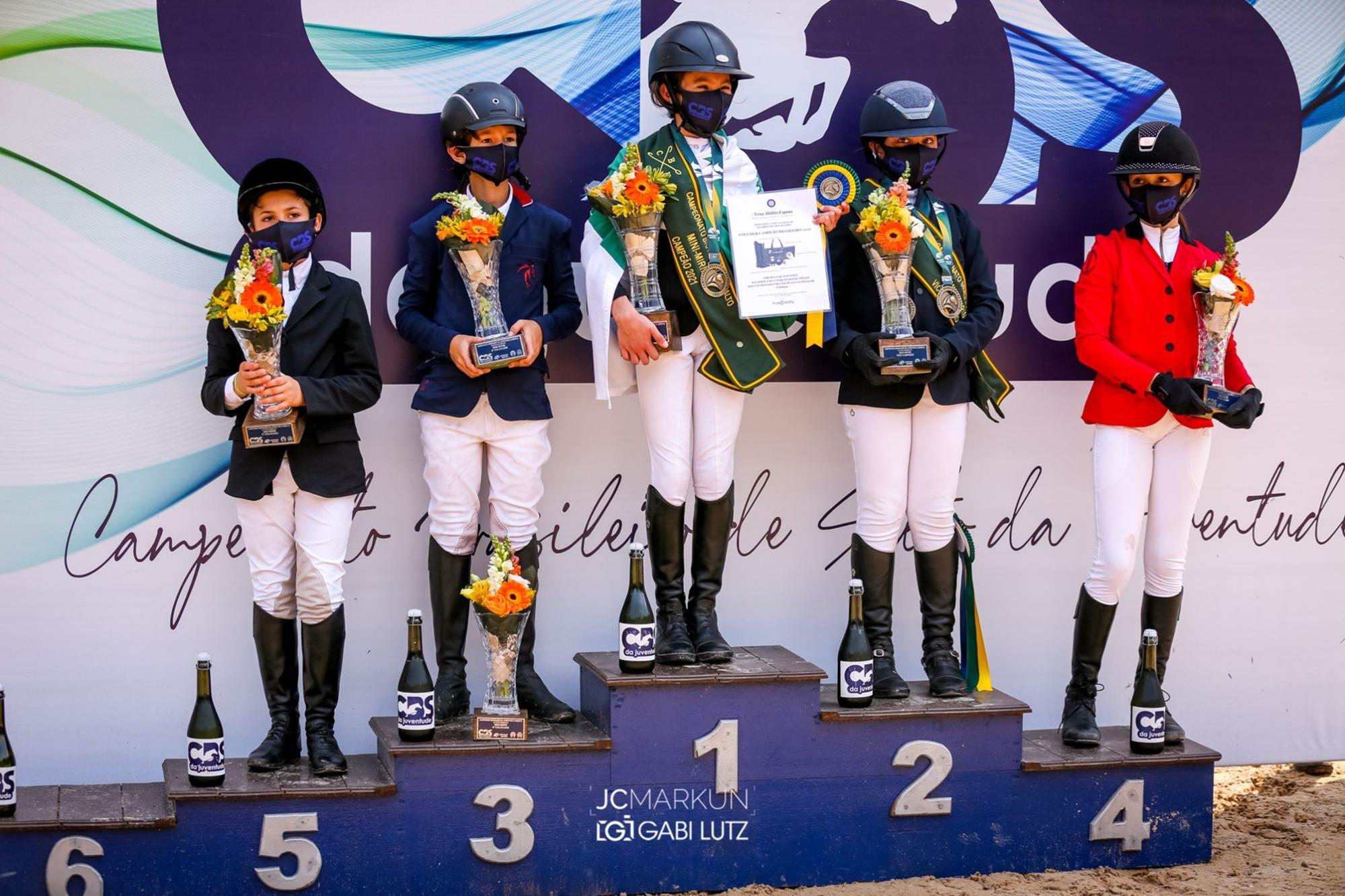 Anna Storrer Müller no pódio com atletas do MiniMirim, Hipismo,  juventude,  cavalo,  salto, JC Markun, Irmãs conquistam o Campeonato Brasileiro da Juventude de Salto